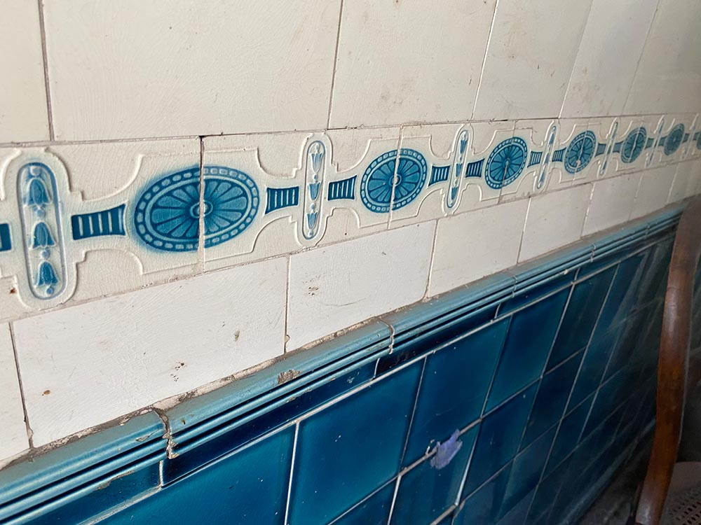 Im ehemaligen Verkaufsraum zieren noch die original Fließen die Wände. Foto: Simone Mager